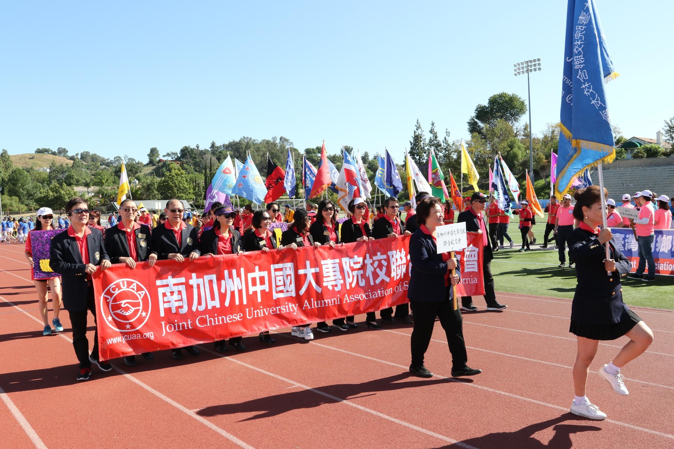 南加州中國大專院校聯合校友會旗海飄揚。記者黃松攝