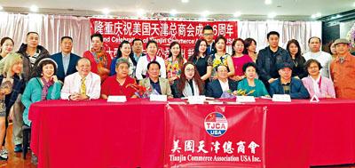 美國天津總商會會長牛紅與魏文亮,劉晰宇等在法拉盛介紹了相聲專場演出晚會內容。