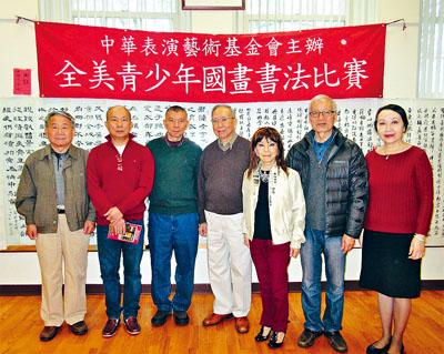 譚嘉陵(右一)同評委們合影。主辦方提供