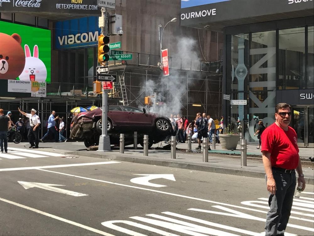 私家車失控剷上行人路。網圖