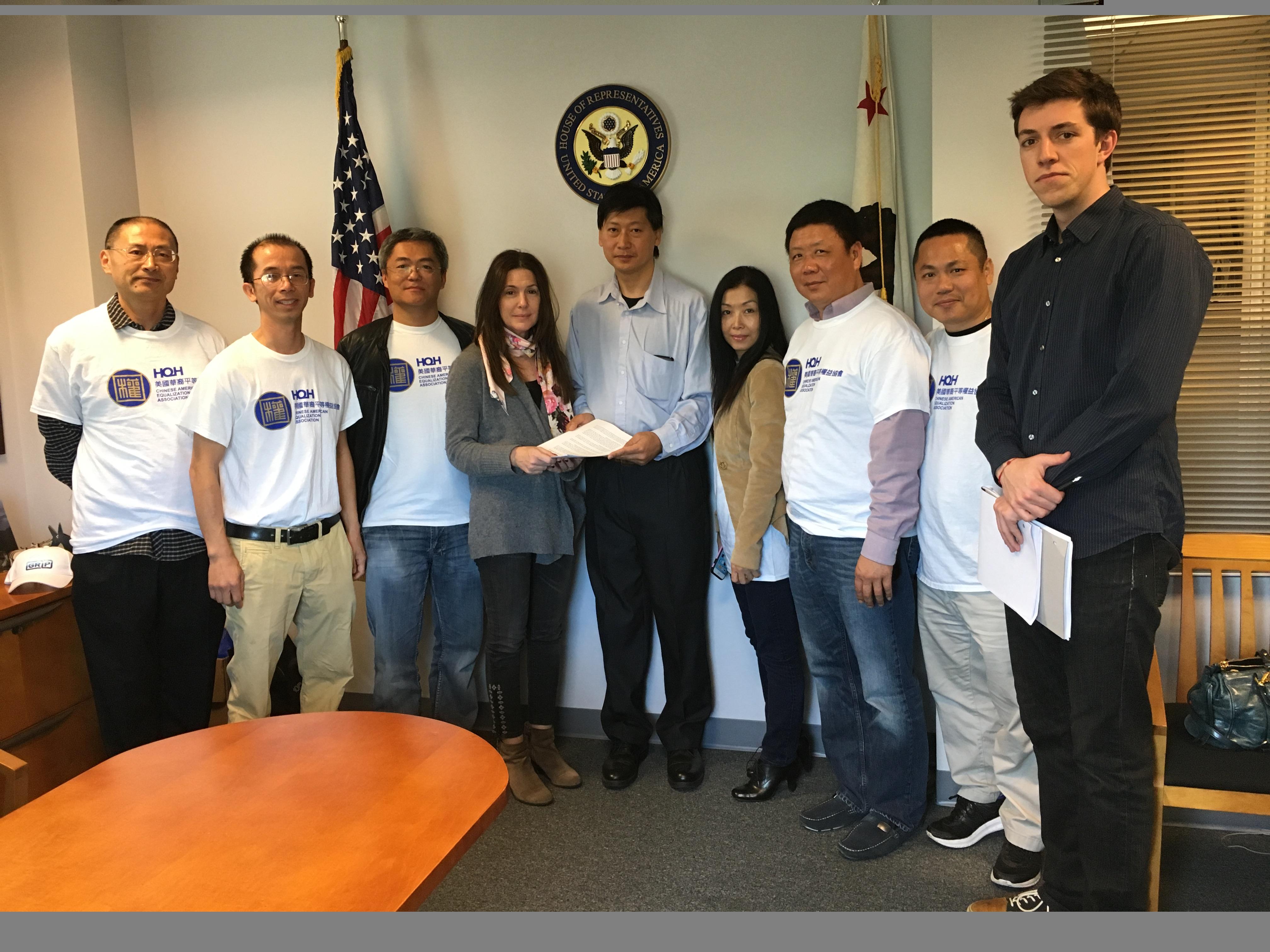 周永平(右五) 於2015年在華權會成員陪同下,向劉雲平洛杉磯辦公室主任品托(Lisa Pinto) (左四)遞交陳情文件。檔案照