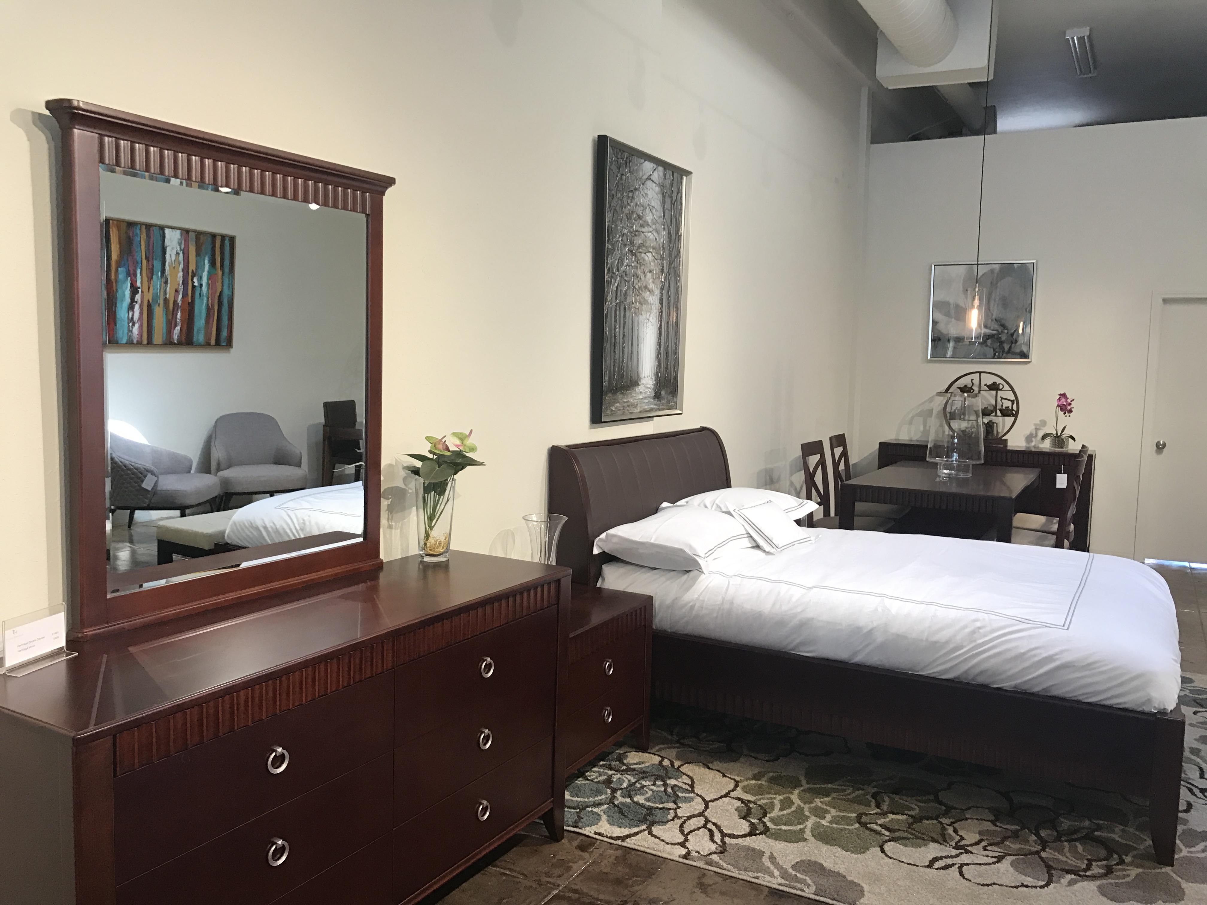 櫻桃木傢俱是店內多年來受歡迎的傢俱產品。記者李博爾攝