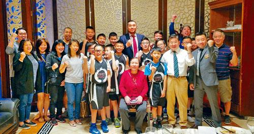 余江銘與市議員顧雅明等與部分的隊員以及家長,在法拉盛舉行加油打氣造勢會,預祝紐約市Lunar戰士隊在北美華裔籃球錦標賽取得佳績。