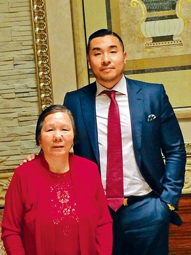 余江銘是「血汗衣廠子弟」,她的母親道出把兒子帶到衣廠做工,把他放在大紙箱的童年辛酸事。
