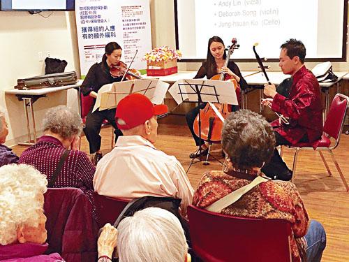 「Concerts in Motion」的音樂家為30多名長者演奏音樂。