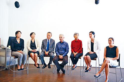 孫啟誠全家和導演吉姆斯在記者會上。