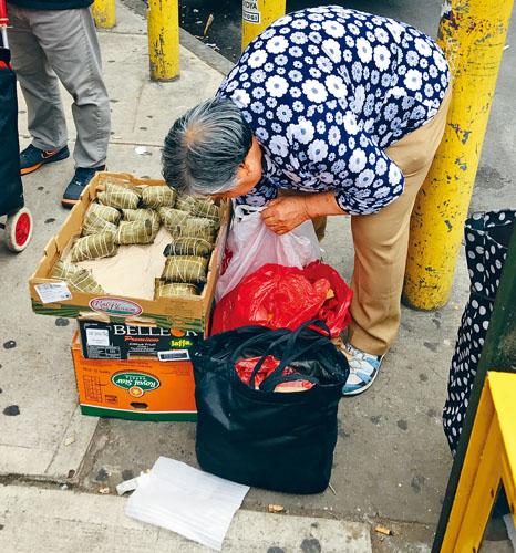 格蘭街的糉子奶奶每年端午都會擺攤賣糉子。