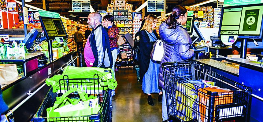 民眾下周到連鎖便利店或超市購買已包裝食物時,將會見到卡路里標籤。Dolly Faibyshev/紐約時報