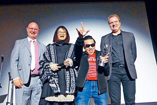 泰迪羅賓(右二)興奮無比的展示「終身成就獎」。圖左起:柏嘉禮處長、王曉菲、莫斯卡。梁敏育攝