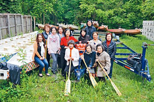 婦聯會大華府分會、台美文化協會的成員們在停放龍舟及其附屬設備的現場合影。