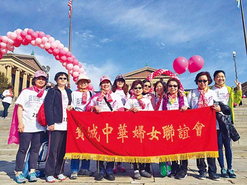 中華婦女聯誼會會長葉慧民等攝於費城藝術博物館前梯級。