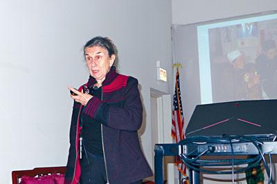 人類學教授希爾蓋茨在華博會與聽眾們,探討中國婦女纏足的由來。梁敏育攝