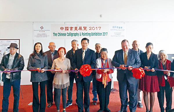 各界嘉賓出席展覽開幕剪彩儀式,前排左四為余鵬副總領事。