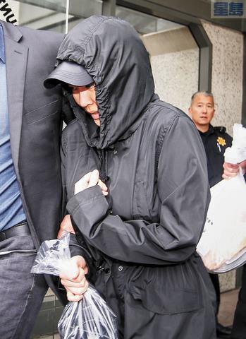 李凡尼當日保釋外出,被傳媒包圍。美聯社