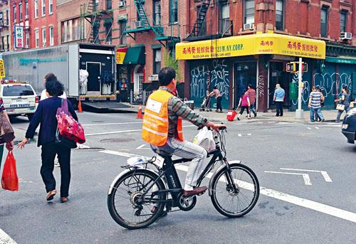 騎電動單車送餐的外賣郎。 本報資料圖片