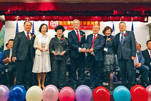僑校頒獎予熊周玲玲(左2)、李伍惠蓮(左3)等。