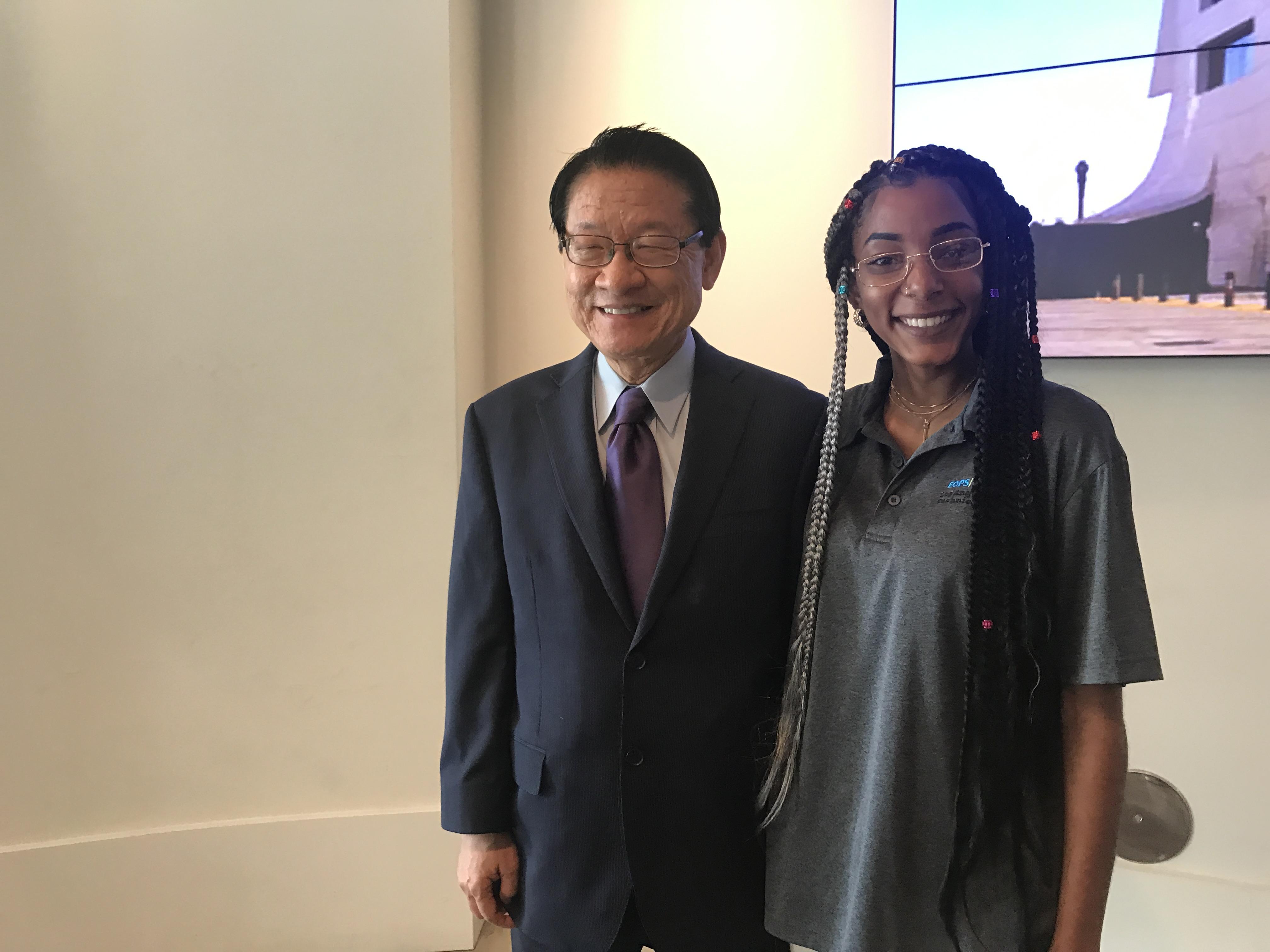 伍國慶(左)和洛杉磯市合區學院遊民學生代表Myriah Smiley(右)。記者李博爾攝