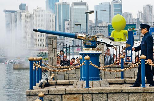 銅鑼灣怡東酒店對開,每日中午都有放禮炮儀式。