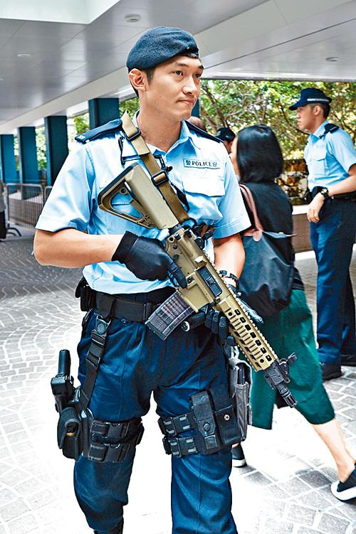警員持槍巡邏。 郭顯熙攝
