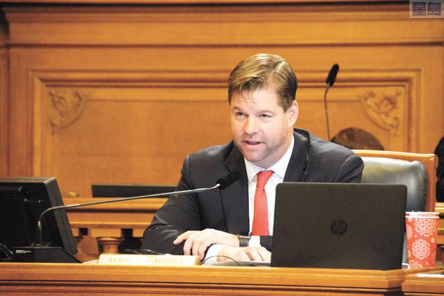 由市參事麥法恩提出收緊業主自住逼遷條例的法案獲得一讀通過。