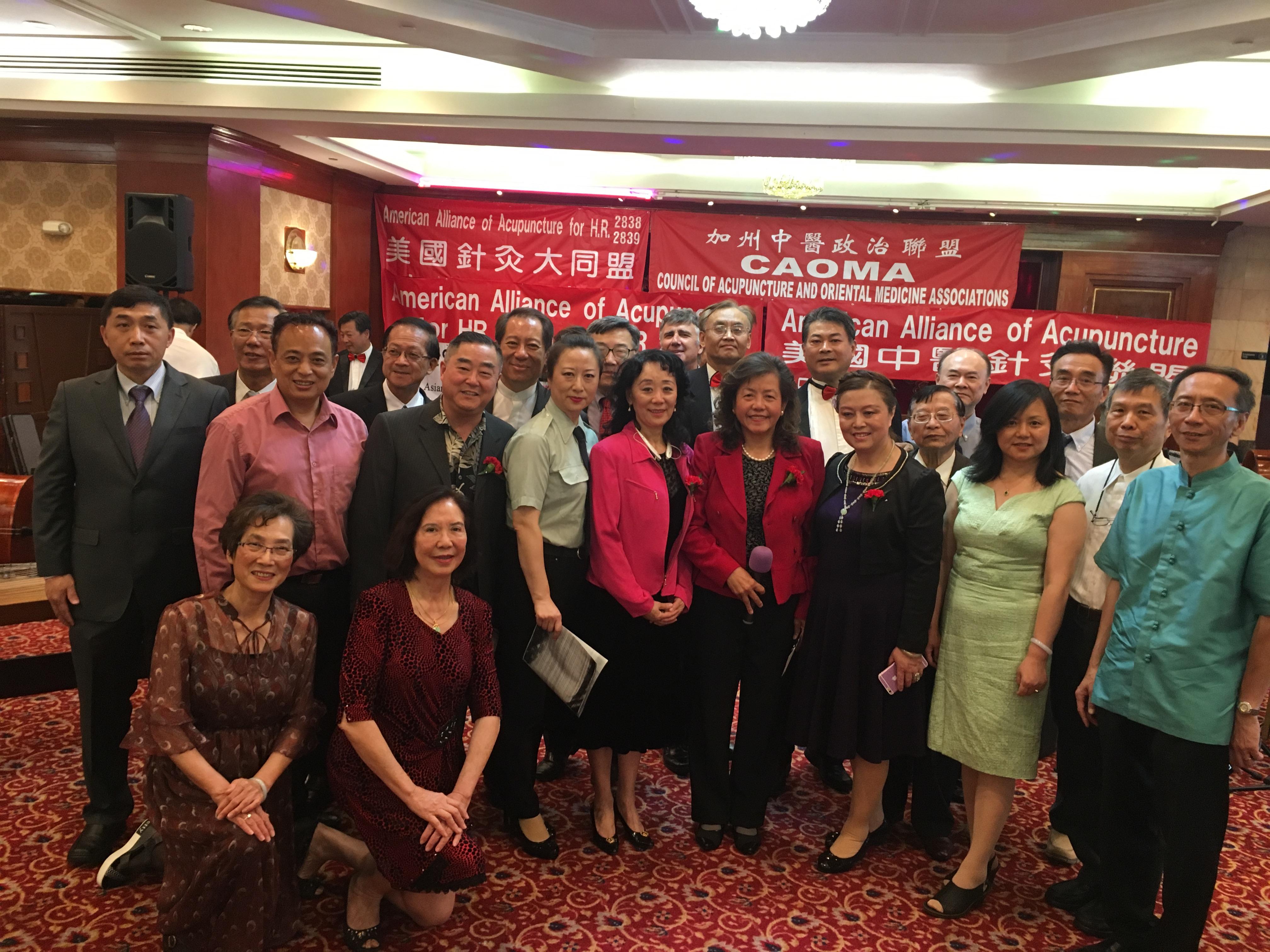 劉美嫦(前排中)與部分聯盟成員和理事合影。記者彭依寧攝