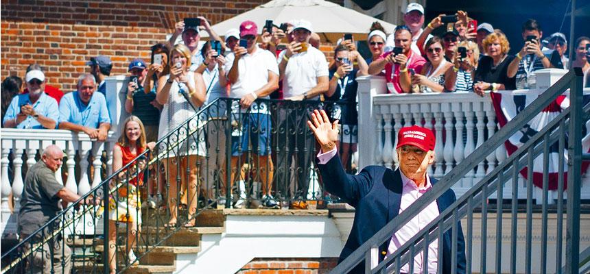 16日在新澤西州特朗普國家高爾夫俱樂部舉行的美國女子高爾夫球公開賽,特朗普向人群揮手。路透社