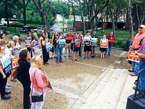 MIT學生和清潔工加入抗議示威。 李強攝