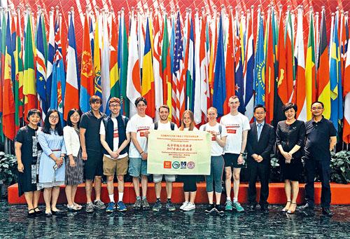 孫柏鳳(左一)帶領文化使者們參觀孔子學院總部。