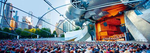 千禧公園的普瑞茲克露天音樂廳,夏日的交響樂演奏的夜晚總是人山人海,為了就是聆聽迷人的音韻而圍坐一起。 梁敏育攝