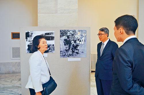 王冀夫人(左)在展板前向參觀者講解。