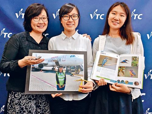張子晴(中)獲媽媽(左)支持,朝夢想進發,新學年將會和另一名獎學金得主蔡家媛赴英攻讀大學。 李咏潼攝