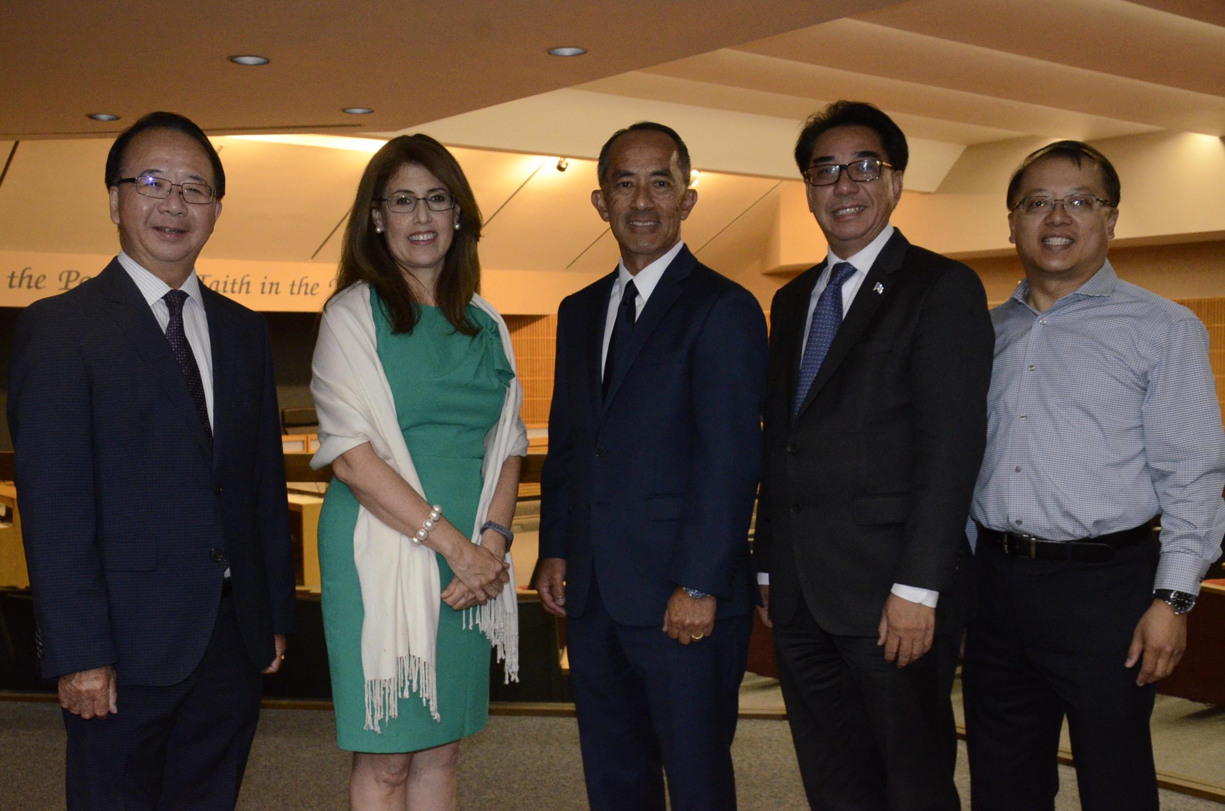 (左起)陳贊新、西佰斯頓、寶郎諾、林達堅和吳學儒合影。記者彭依寧攝