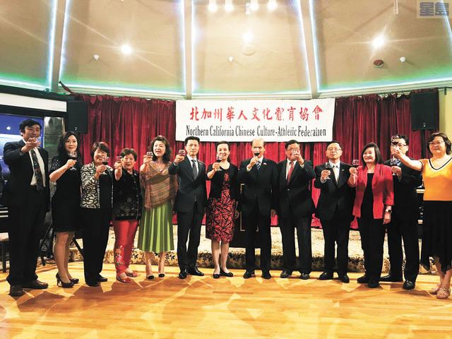 羅林泉及夫人、華體會代表、義工代表們向大家祝酒,祝賀華體會的圓滿落幕。