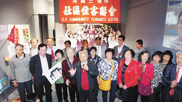 住客們高唱《社區住客聯會會歌》,慶祝30歲生日。