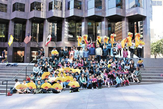 南僑學校師生與「華文教育.名師巡講」團,上演一場別開生面的街道文化才藝「快閃」展示。盧德華攝