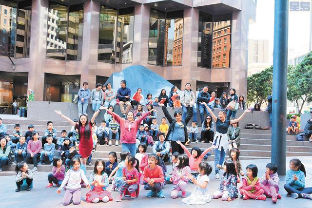 南僑學校學生載歌載舞表演「快閃」民族舞蹈。  盧德華攝