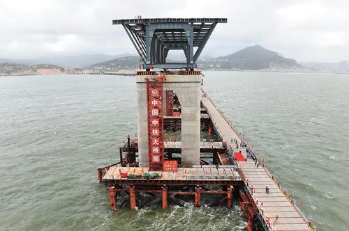 福建平潭海峽公鐵兩用大橋首孔鋼桁梁近日架設成功。新華社
