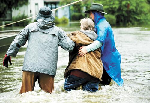 志願者協助一名受災女子疏散。美聯社