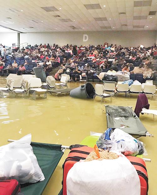 德州亞瑟港開放予災民避難的庇護中心也遭水淹。美聯社