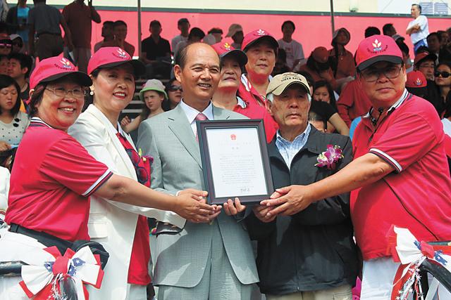 第十五屆華人文化體育協會「華體十五揚帆奮進」運動大會盛大舉行。左起:李競芬、李麗君、羅林泉、池洪湖、戴錡。 記者梁穎欣攝