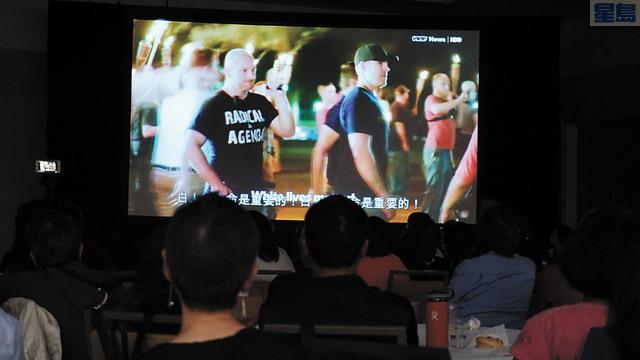 集會民眾觀看探討白人至上種族歧視的影片。