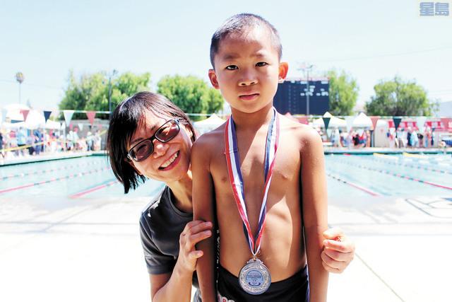 6歲的游泳選手Aiden Li取得50碼比賽的亞軍,身邊的媽媽倍感驕傲。記者梁穎欣攝