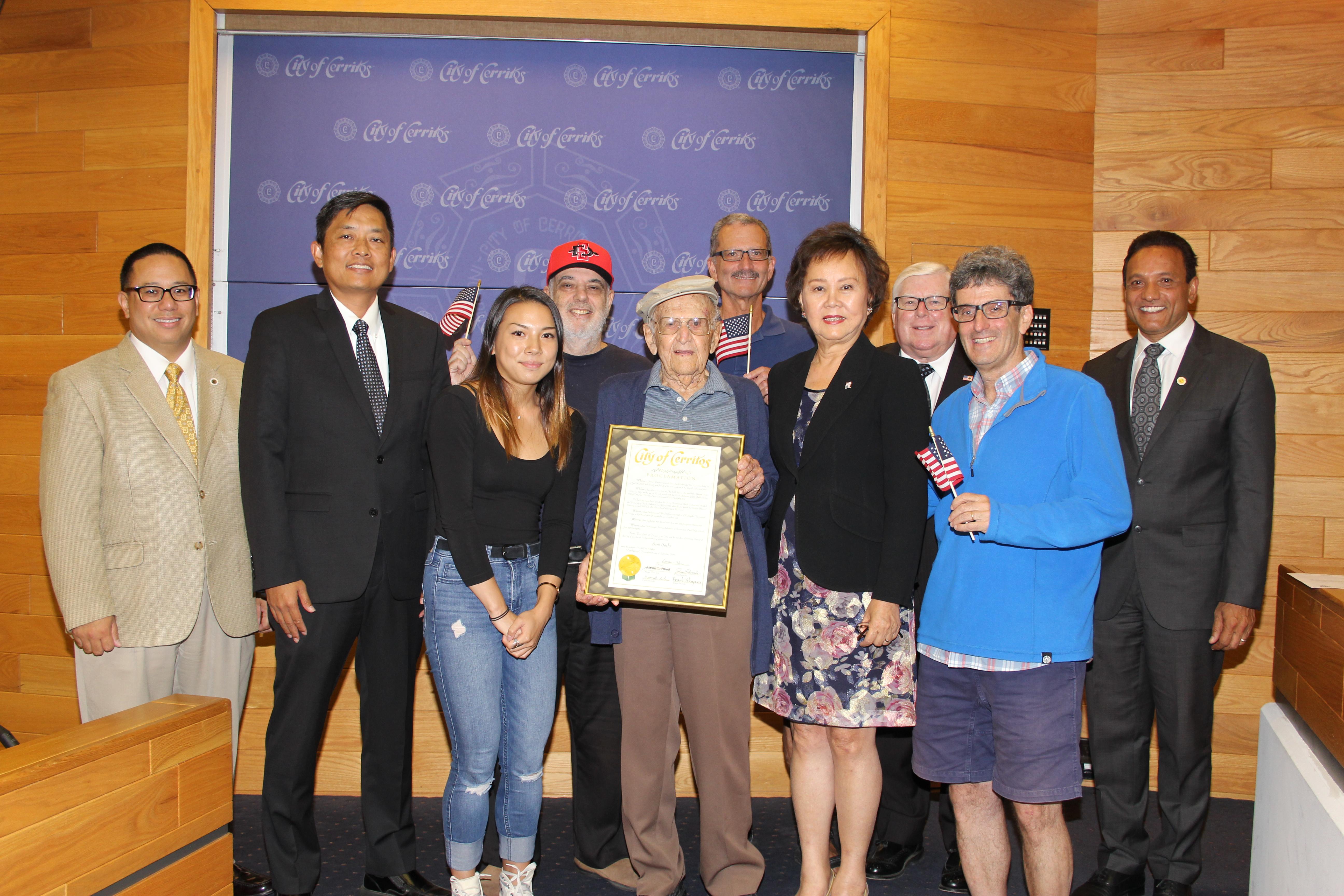 喜瑞都市長胡張燕燕(前排右二)及市議員們為102歲人瑞Sam Sachs(前排左二)頒發賀狀。喜瑞都市提供