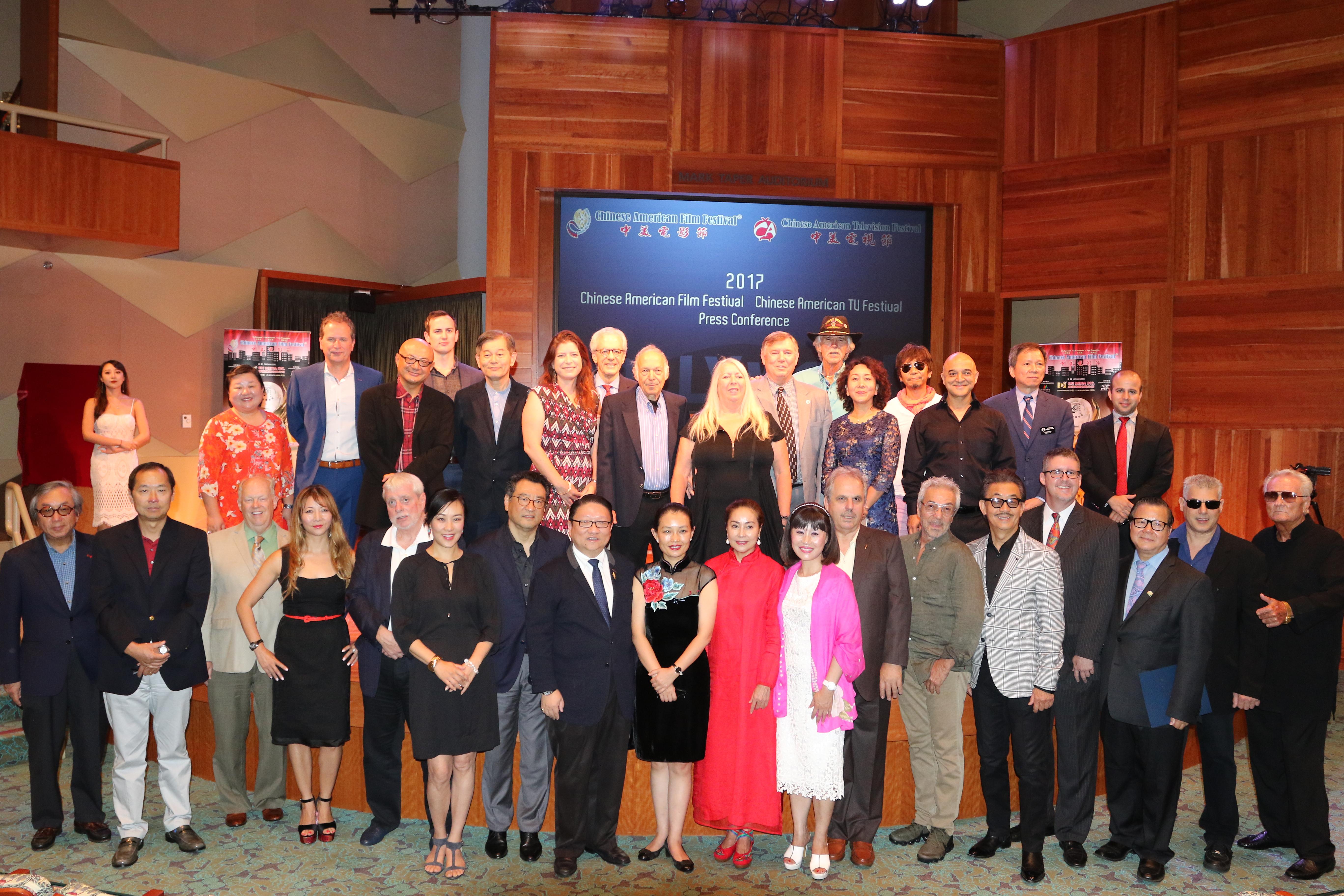 蘇彥韜(前排左8) 與出席的民選官員、影視人士及貴賓們合照。記者黃松攝