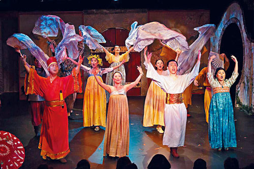《西廂記》演員載歌載舞。