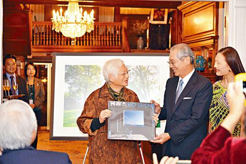 柯錫傑(左)贈送攝影畫冊,高碩泰伉儷以駐美代表處名義接受。