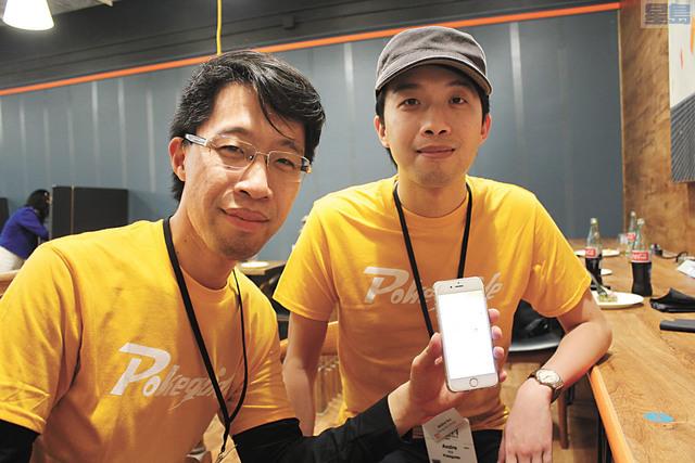 來自香港的兩兄弟許沛然(左)和許岸然(右)兩年前創辦了Pokeguide軟件程式。記者梁穎欣攝
