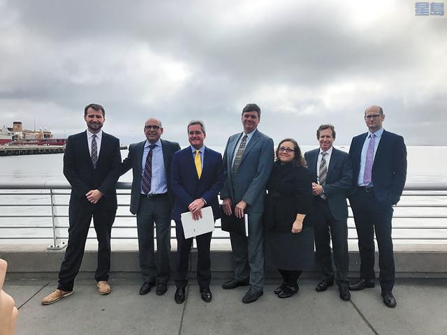 三藩市市府律師赫雷拉(左三)以及屋崙市府律師Barbara Parker(右三)共同宣布起訴世界五大石化燃料公司。記者徐明月攝