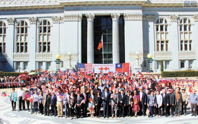 經文處官員親臨,并與屋崙中華會館及僑界首長、東灣僑胞共同見證中華民國106年雙十國慶升旗儀式。姜家譽攝