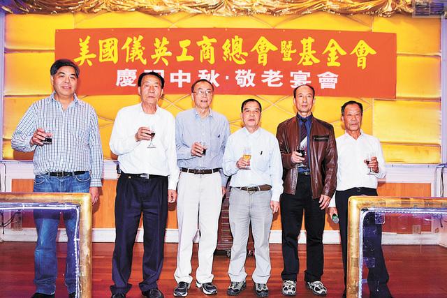 左起:基金會主任羅龍富、喜善堂副主席鄺炳威、儀英主席羅龍光、副主席黃漢傑、喜善堂主席黃健偉、儀英書記梁國源共同向嘉賓敬酒。譚國亮攝